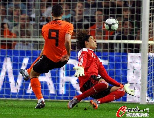 图文:热身赛荷兰vs墨西哥 范佩西垫射破门