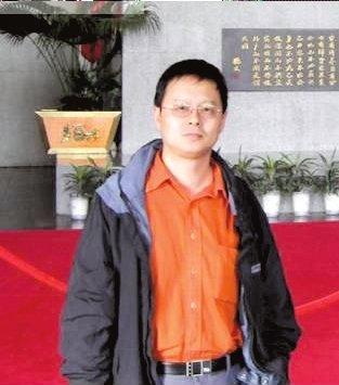 京华时报:苏亚雷斯救裁判