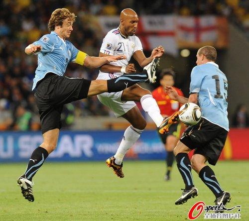 图文:A组法国0-0乌拉圭 阿内尔卡遭夹击