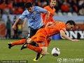 图文:荷兰3-2乌拉圭 双方球员激烈拼抢