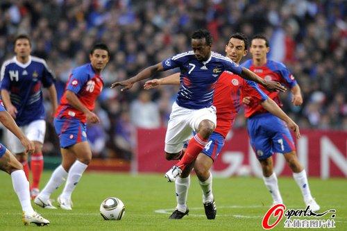 图文:法国vs哥斯达黎加 戈武运球突破防线