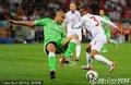 图文:英格兰0-0阿尔及利亚 双方球员激烈拼抢