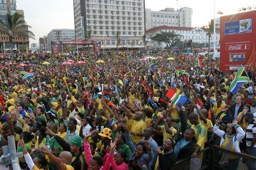 近3万名球迷涌入德班球迷公园,观看南非世界杯揭幕战