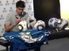 视频:卡卡回赠热情的球迷 为足球和球衣签名