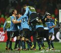 图文:乌拉圭2-1韩国 乌拉圭队员拥抱在一起