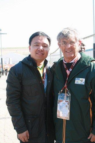 腾讯记者与米卢合影