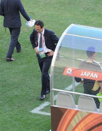 主帅冈田:球员进步我很欣慰 拿下丹麦没问题