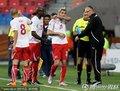 图文:智利1-0瑞士 贝赫拉米肘击吃红牌(8)