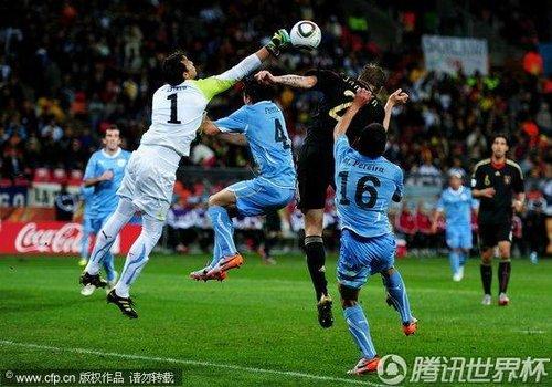 图文 乌拉圭VS德国 阎森头球攻门