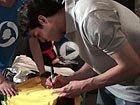 视频:卡卡挥笔签送球衣 大洋彼岸的珍贵礼物