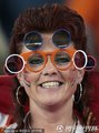 图文:喀麦隆1-2荷兰 荷兰球迷个性眼镜