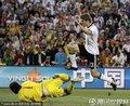 图文:德国4-1英格兰 穆勒射门