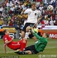 图文:德国4-1英格兰 双方激烈拼抢