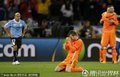 图文:荷兰3-2乌拉圭 范德法特跪地庆祝胜利