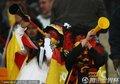 图文:加纳0-1德国 德国球迷吹响长喇叭
