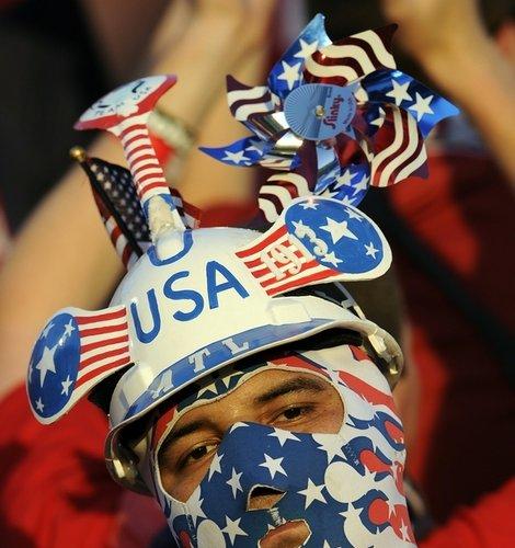 图文:热身赛捷克4-2美国 美国球迷个性头饰