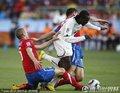 图文:塞尔维亚0-1加纳 双方队员拼抢