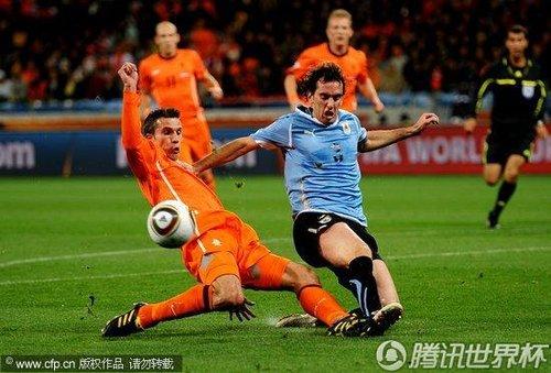 图文:乌拉圭vs荷兰 范佩西逼得角球_世界杯图片