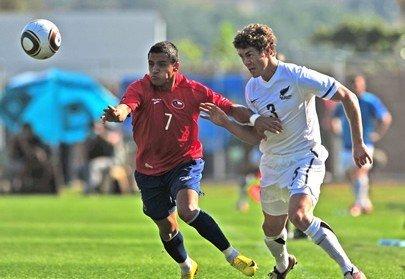 图文:热身赛智利2-0新西兰 双方拉扯