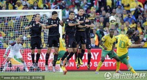 图文:揭幕战南非1-1墨西哥 皮纳尔罚任意球