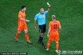 图文:荷兰0-1西班牙 裁判向罗本出示黄牌