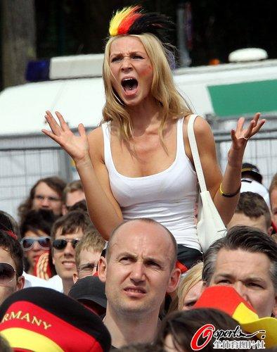 图文:世界杯女球迷的笑与泪(19)