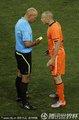 图文:荷兰0-1西班牙 海廷加与裁判交涉