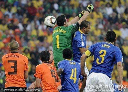 南非世界杯用球名称_图文:荷兰2-1巴西 塞萨尔扑球失误_2010南非世界杯