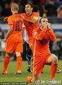 图文:荷兰3-2乌拉圭 范德法特单膝跪地庆祝