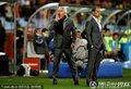 图文:荷兰3-2乌拉圭 范马尔维克场边指挥