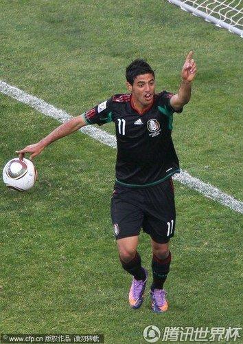 图文:揭幕战南非VS墨西哥 贝拉进球被吹越位