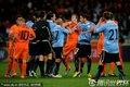 图文:荷兰3-2乌拉圭 双方队员发生冲突