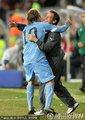 弗兰与教练拥抱庆祝