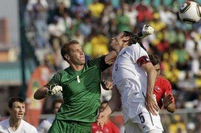 图文:热身赛智利VS新西兰 新西兰门将击球