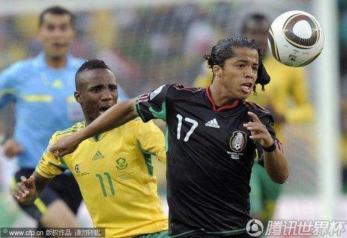 图文:揭幕战南非1-1墨西哥 莫迪塞严防对手