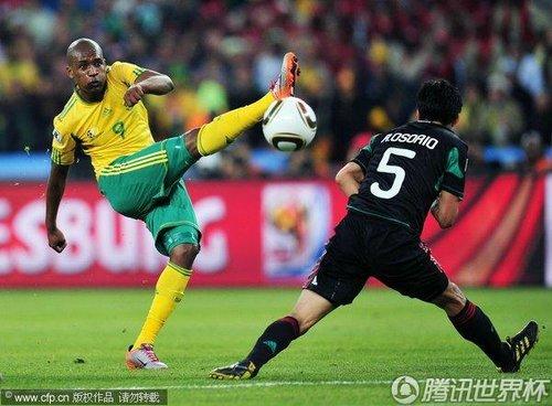 图文:揭幕战南非1-1墨西哥 姆费拉里抽射