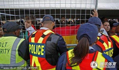 2010世界杯前瞻: 球迷公园现骚乱 出动担架抬走伤员