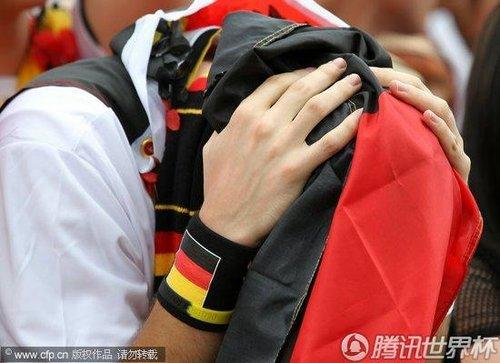 2010世界杯D组次轮:德国本土球迷关注比赛 意外落败令人失望不已