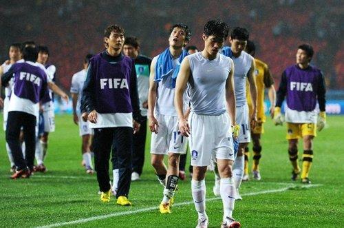 出局之夜韩国队很受伤 泪流满面任由风雨吹打