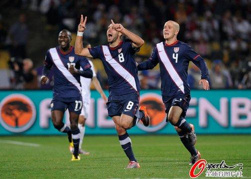 图文:英格兰VS美国 美国队快乐三人行