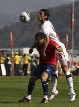 图文:热身赛智利VS新西兰 新西兰球员争顶