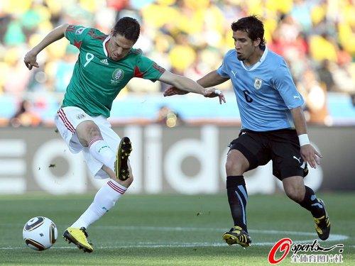 图文:墨西哥VS乌拉圭 弗朗哥带球突破