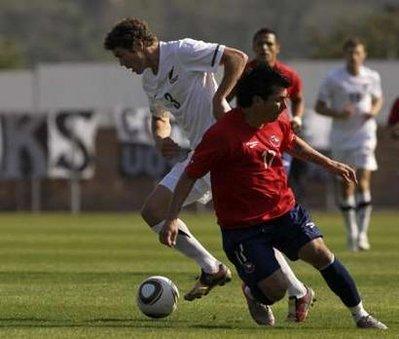 图文:热身赛智利VS新西兰 新西兰队员过人