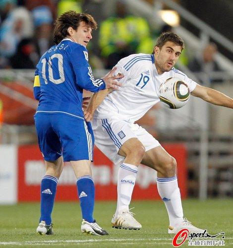 图文:希腊VS阿根廷 梅西拼抢