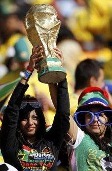 """图文:南非世界杯开幕式 球迷举""""大力神杯"""""""