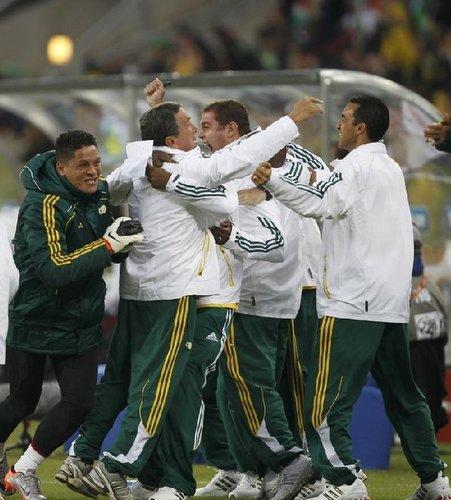 图文:揭幕战南非1-1墨西哥 佩雷拉兴奋不已