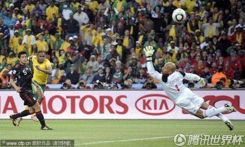 图文:揭幕战南非VS墨西哥 世界杯首粒进球