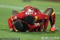 加纳球员倒地拥抱