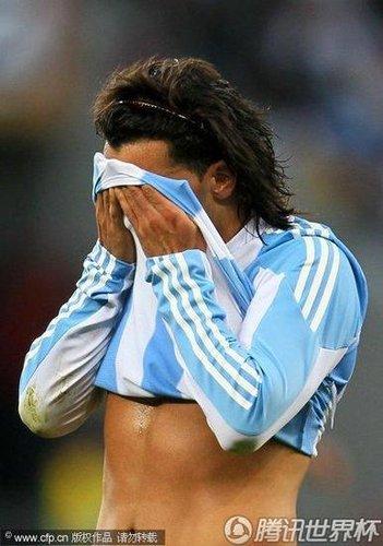 不屈野兽留下铁汉泪 人民的男人也难救阿根廷