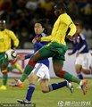 图文:日本1-0喀麦隆 双方球员激烈拼抢